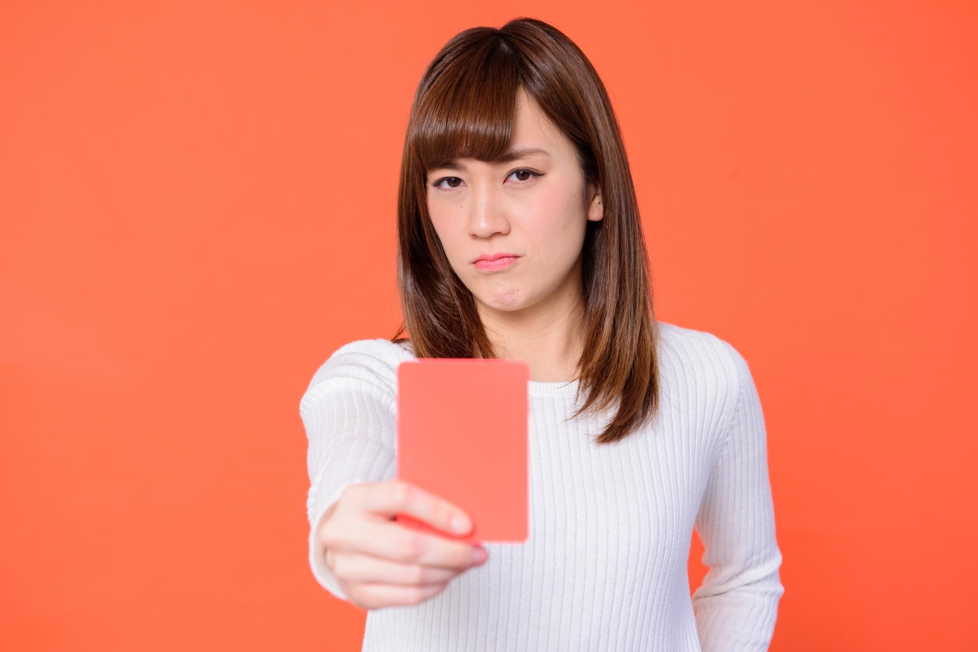 レッカードを出す女性
