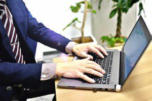 パソコンを操作するスーツの男性